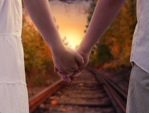 holding-hands-1772035_1920